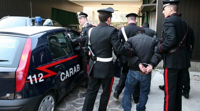 Massafra. I Carabinieri insospettiti lo perquisiscono e lo trovano carico di droga