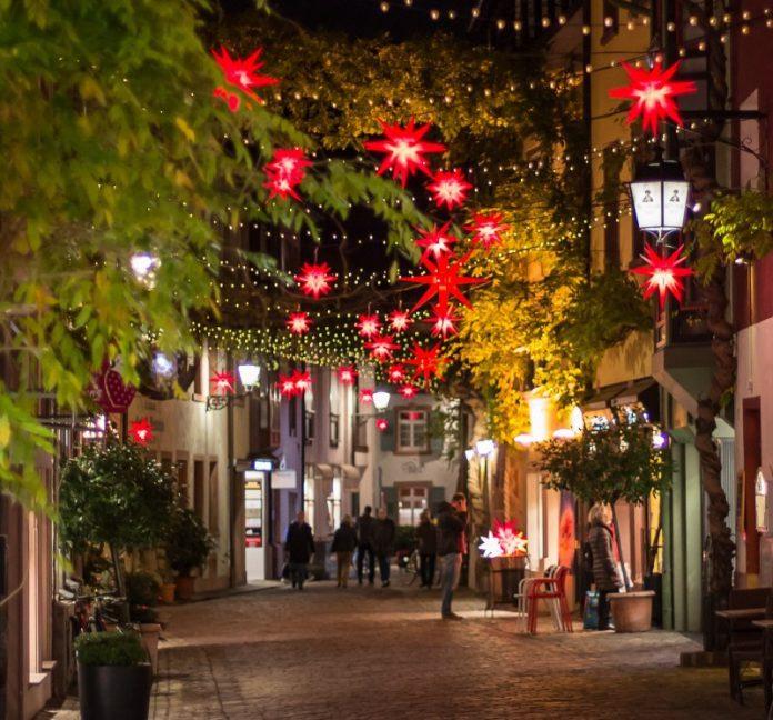 Lavori di illuminazione a tema natalizio nei quartieri di Taranto