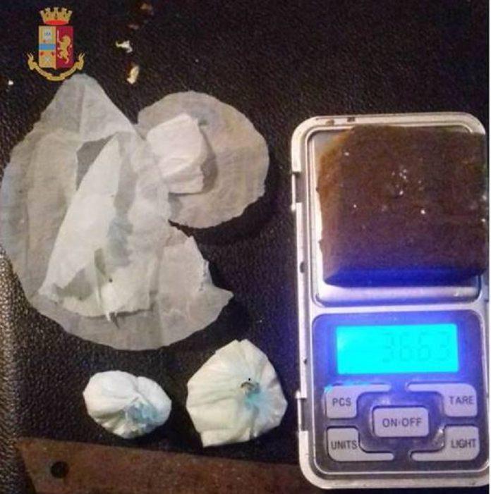 Arrestato 27enne incensurato a Taranto. Confezionava droga in un garage
