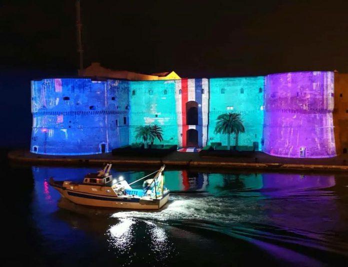 Il Castello Aragonese di Taranto si accende delle luci del Natale