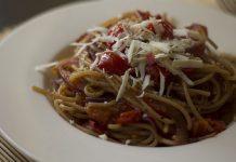 Pasta e pomodoro con fagiolini e cacioricotta di Montemesola