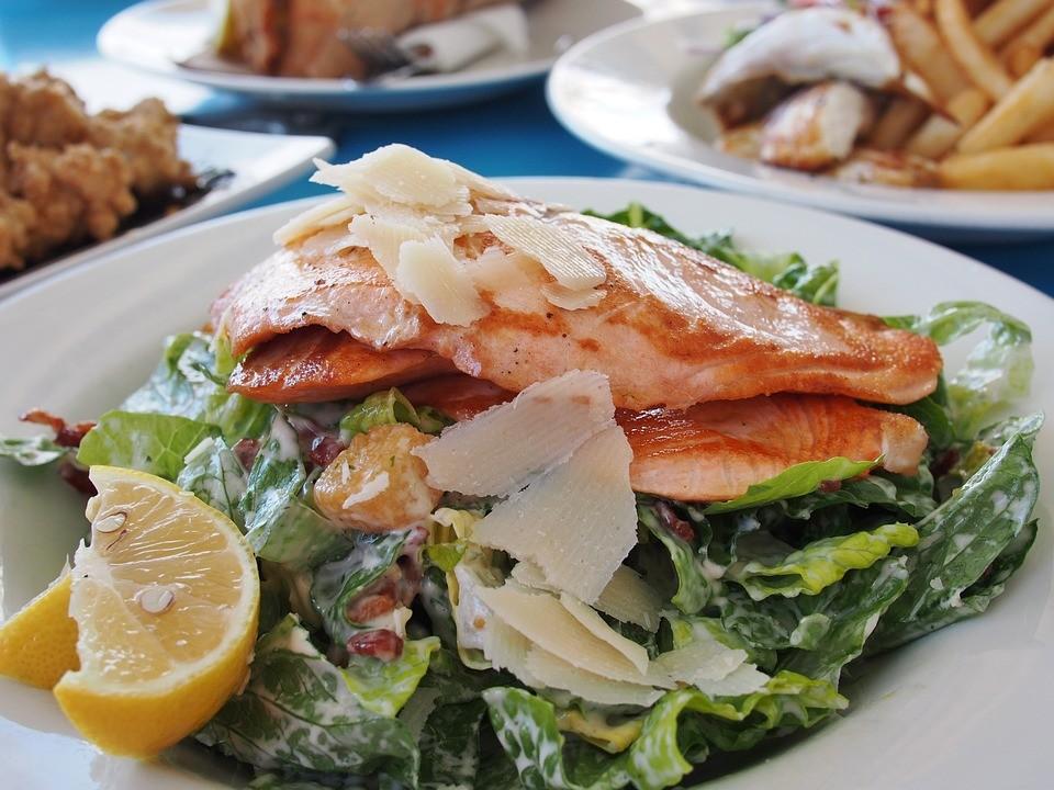 Salmone grigliato con insalata mista a Carosino