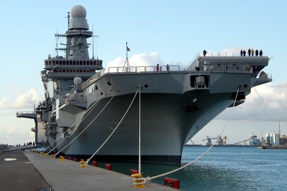 Spettacolare ingresso della Cavour nel porto di Taranto