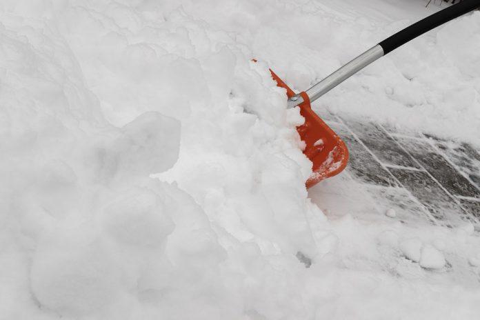 65enne di Manduria scivola dal marciapiede ghiacciato e si frattura una gamba