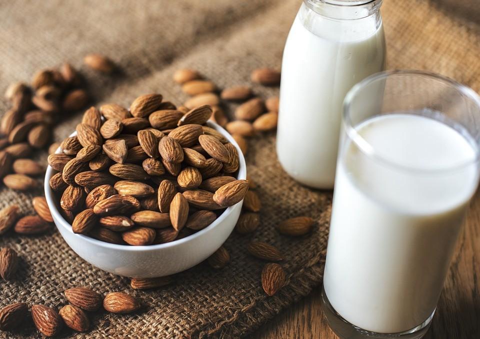 Prepariamo il latte di mandorla con la ricetta classica di Crispiano