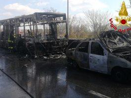 Appicca fuoco su bus con scolaresca, fermato autista