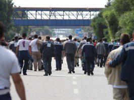 Gli operai del siderurgico in sciopero