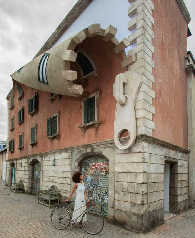 A Milano un edificio che si apre con una zip