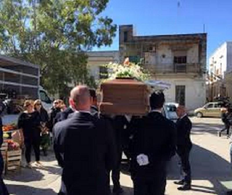 Celebrati i funerali del pensionato bullizzato di Manduria