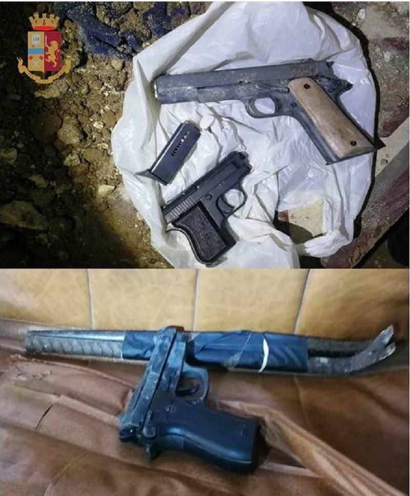 In uno stabile a Taranto ritrovati pistole e piedi di porco