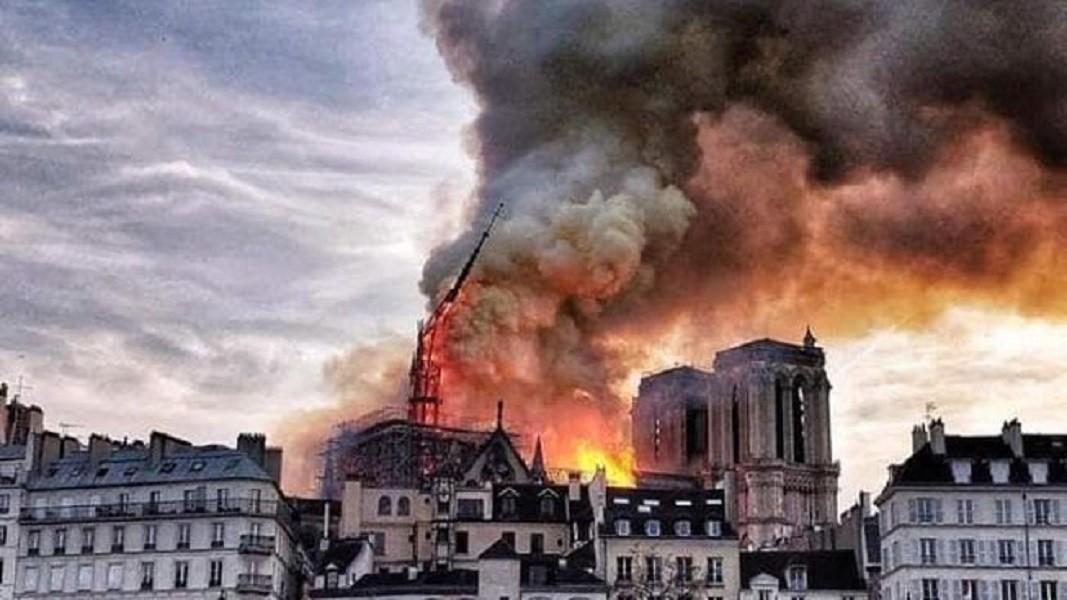 Notre Dame in fiamme. Parigi piange secoli di storia