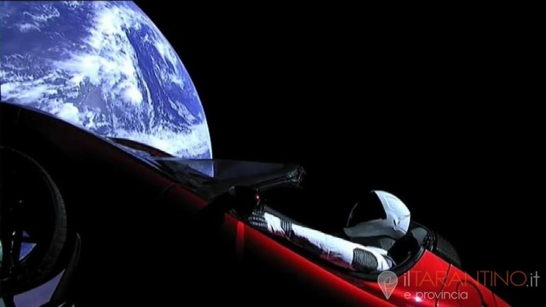 Macchina spaziale Tesla Roadster gira intorno al Sole