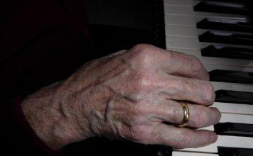 Oncologico di Bari. 90enne allieta l'attesa suonando il piano