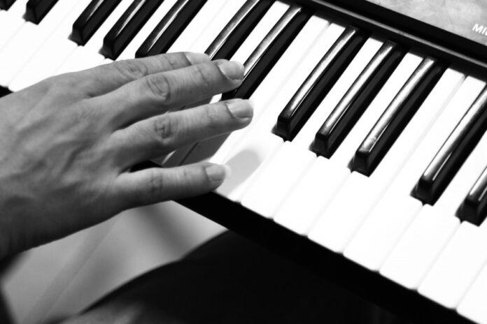 Tumore al cervello rimosso a musicista mentre suona il piano