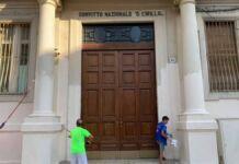 Uno studente della scuola media del quartiere Libertà di Bari, a soli 11 anni, aiuta a ripulire la scuola dalla presenza di graffiti