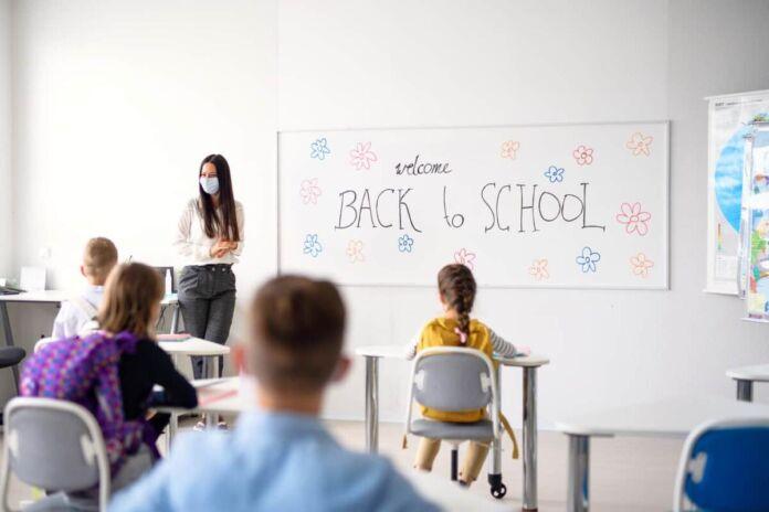 Michele Emiliano e Lopalco avrebbero deciso di chiudere le scuole dopo il focolaio a Ruvo di Puglia che ha coinvolto 39 bambini e 13 insegnanti.