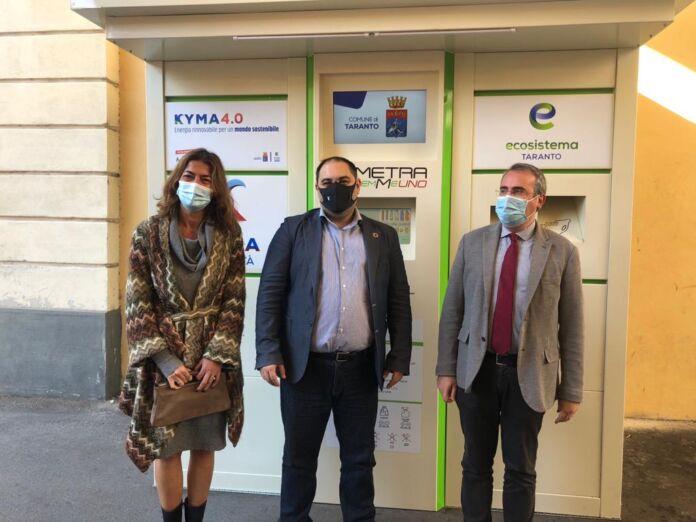 Il Comune di Taranto insieme a Kyma Mobilità e Kyma Ambiente ha presentato l'eco-box mangiaplastica che darà 0,03 cent. per ogni bottiglia riciclata.