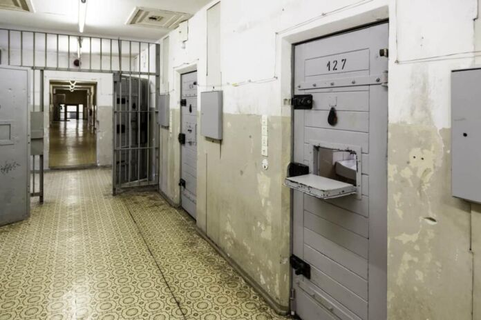 Taranto: agente penitenziario arrestato per traffico droga
