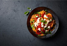 Spaghetti al sugo e mozzarella di bufala