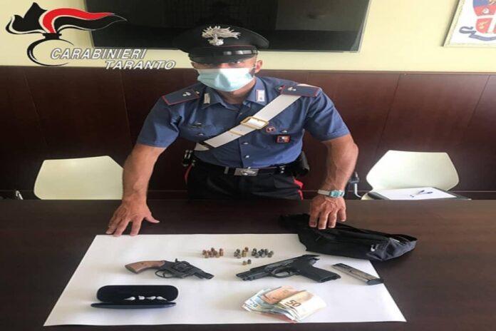 Un 32enne incensurato è stato trovato in possesso di due pistole, una con matricola abrasa e una modificata e di 4 dosi di cocaina.