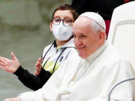 Papa fa sedere un bambino di San Ferdinando di Puglia